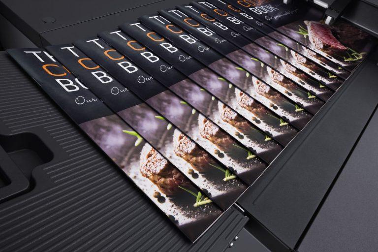 Wir sind eine Druckerei: Für höhere Auflagen und komplexere Aufträge bieten wir Offsetdruck an. Wir beraten Sie zu Materialien und Formaten, prüfen Ihre Druckvorlagen und begleiten Ihre Aufträge von Planung bis Lieferung.