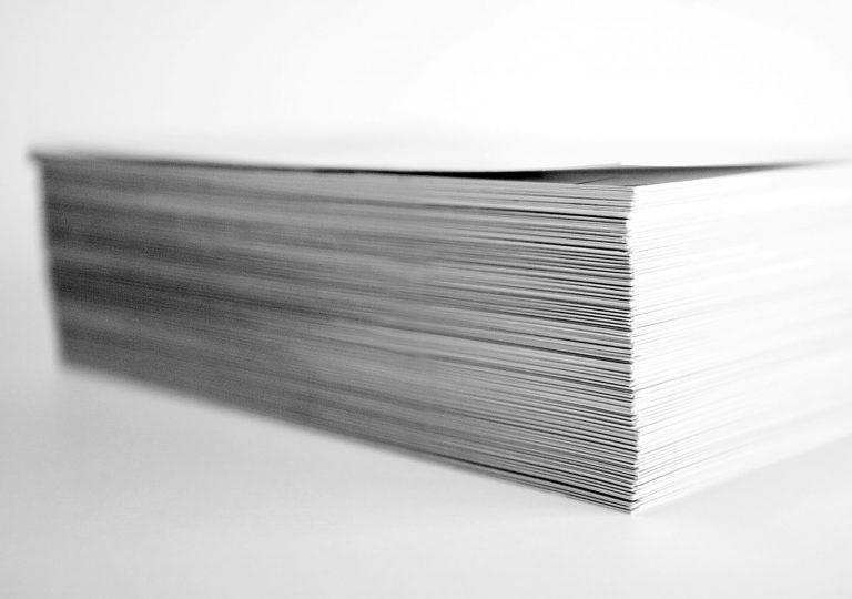 Papierstapel vor der Weiterverarbeitung